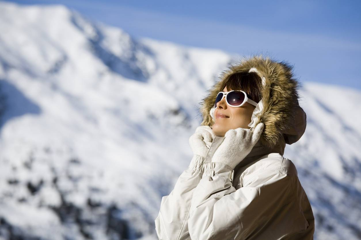 faut il se proteger du soleil en hiver a la montagne grace a des lunettes de soleil