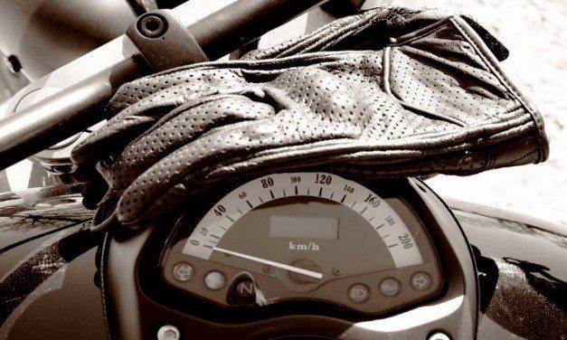 Les gants obligatoires pour les motards